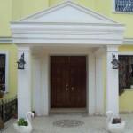 limra taşı bina girişi